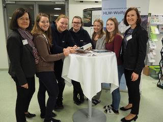 Die Organisatorinnen der Bildungsdrehscheibe, Regina Möslinger und Monika Viehaus, sowie die Absolventinnen Sabrina Nöhmer und Nina Klingl unterstützen Schülerinnen der Fachrichtung LBHM bei ihrer Berufsfindung.