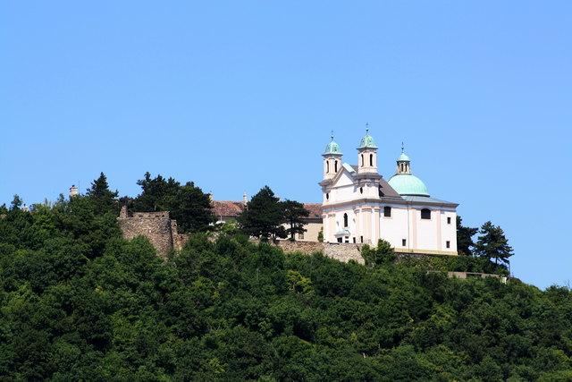 Nach zehn Jahren Pause kann man am Leopoldsberg endlich wieder Hochzeiten mit Blick über Wien feiern.