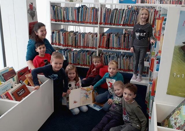 Immer ein Erlebnis: Die Schulanfänger des Kindergarten Parz erkunden das tolle Kinderbuchangebot der Bibliothek Grieskirchen.