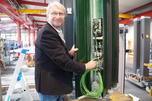 Plug und Play vorinstalliert: Ewald Holler vor einem seiner hochwertigen Tore, die um die Welt gehen.
