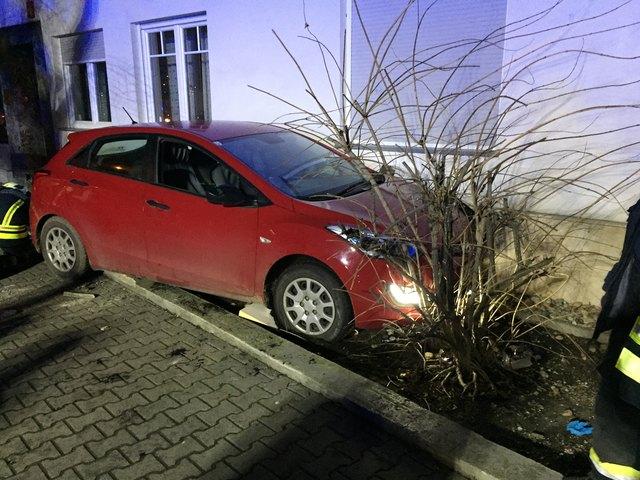 Das Fahrzeug blieb im Vorgarten stehen.
