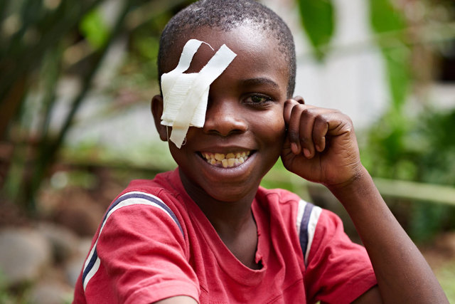 Mit nur 30 Euro kann man das Augenlicht eines Kindes in Afrika retten.