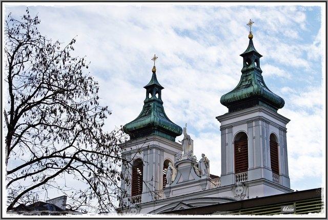 Die Kirche wurde dem heiligen Sebastian geweiht. 1679 wurde eine Pestbruderschaft errichtet, die unter dem Schutz des heiligen Rochus stand; seither führt die Kirche die Namen beider Heiliger. 1656 abgebrannt, 1672 (Kirche) beziehungsweise 1681 (Kloster) wiederhergestellt, wurden Kirche und Kloster 1683 durch die Osmanen schwer beschädigt, jedoch bis etwa 1695 wiederhergestellt.
