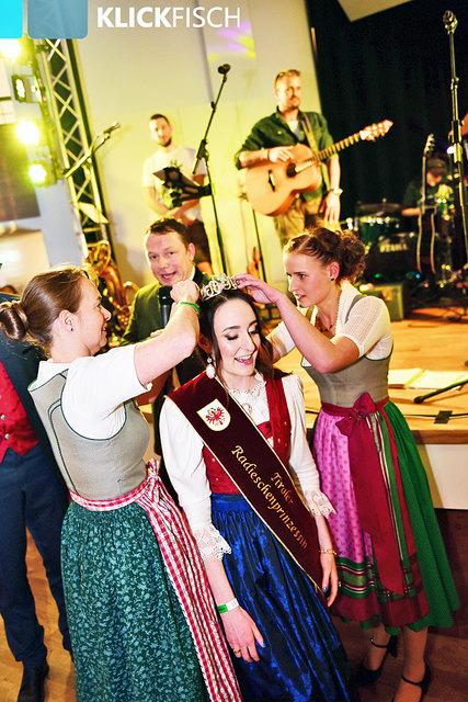 Die Radieschenprinzessin 2018 Diana Norz (Mi.) wird von ihrer Vorgängerin Theresa Wopfner (re.), und Ortsbäuerin Verena Müssigang (li.) gekrönt.