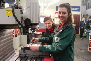 Kennen sich an der Fräsmaschine bestens aus: Pöttinger-Lehrlinge Sarah Wiesinger und Katrin Wagner (v. l.).