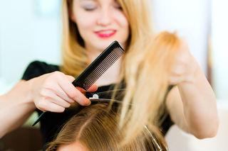Junge Frauen suchen oft nach einer Friseurlehre.