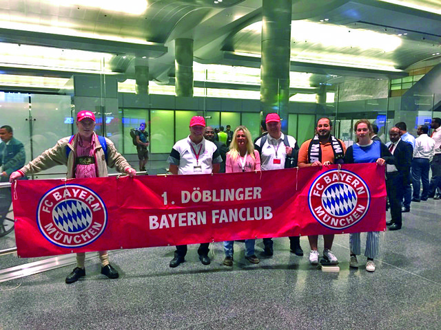 Am Flughafen im Wüstenstaat Doha: Der Döblinger Bayern-Fanclub hat immer sein rotes Transparent mit dabei.