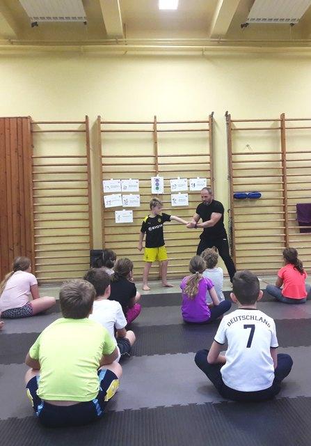 Trainer Werner Pfeffer zeigte den Kids, wie man sich in gefährlichen Situation verhält und verteidigt.