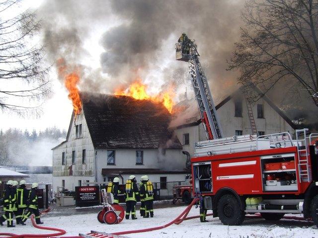 Mehr als 130 Mann versuchten das Feuer zu löschen (Symbolbild!)