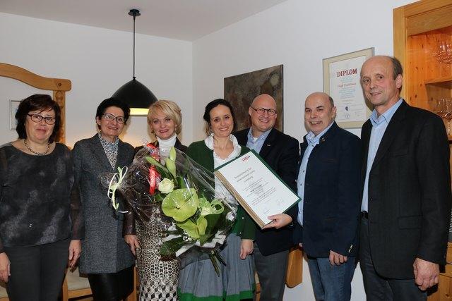 Birgit Schwaiger bekam von der WKO eine Urkunde zur Wiedereröffnung und für 60 Jahre Buchhaus-Ritt.