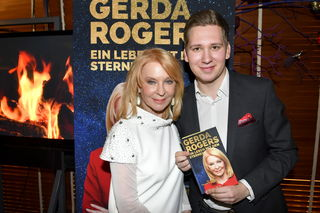 Bei der Präsentation auf der Summerstage: Star-Astrologin Gerda Rogers mit ihrem Buchautor Clemens Trischler.
