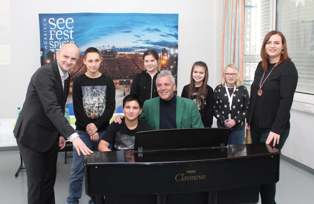Heinz Josef Zitz, Peter Edelmann und Astrid Eisenkopf mit Schülern der NMS Rosental