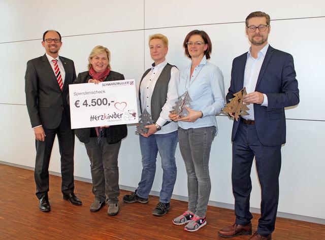 Schwarzmüller übergibt die Spende an Herzkinder: CEO Roland Hartwig, Jutta Feichtinger, Nadine Scheibenreif, Elisabeth Stadler und Thomas Schmalzer.