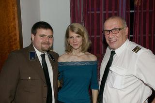 Zugtruppkommandant Stefan Thürr mit Gattin Agnes und Verwalter Martin Elsensohn unterhielten sich auch prächtig.