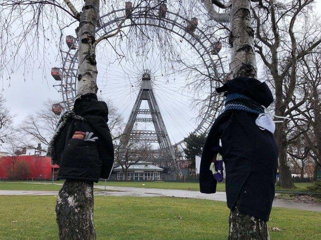 Im Prater und an anderen Orten wurden die Jacken für Bedürftige aufgehängt.