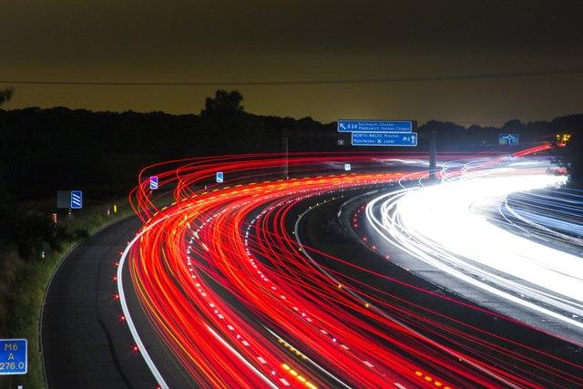 """140 km/h auf der Autobahn? Was für bestimmte Strecken geplant ist, ist für viele schon jetzt """"gefahrene"""" Realität."""