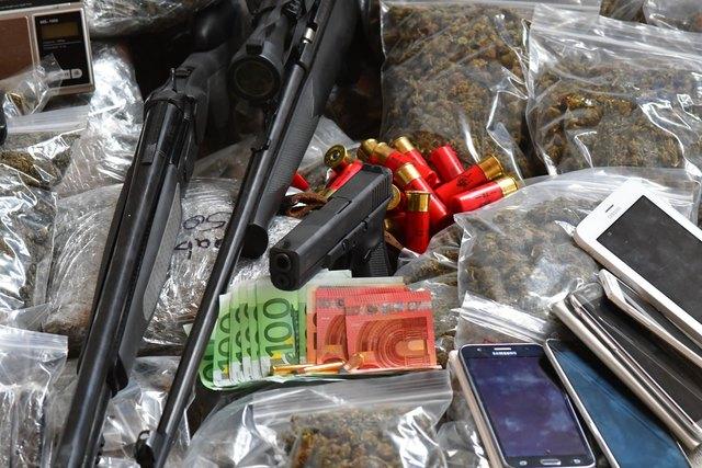 Rauschgift, Waffen und Geld konnten sichergestellt werden.