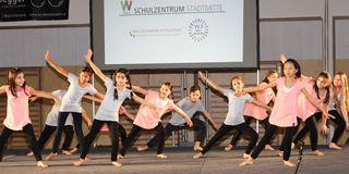 Schüler sangen und tanzten bei der Eröffnung.