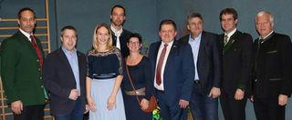Thomas Steinerberger (4.v.r.) mit Erwin Stürzlinger (v.l), Franz Haider, Klaus Lindinger und Partnerin Christine Grillmair, Manuela Haider, Franz Gimplinger, Franz Steininger und Jakob Auer.