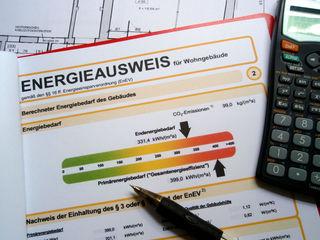 Mieter oder Käufer von Wohnungen oder Häusern haben das Recht auf Erhalt eines höchstens zehn Jahre alten Energieausweises.