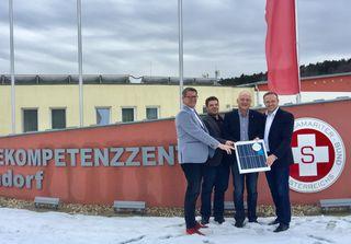 Den Startschuss für Solarstrom vom Heimdach gaben (von links) OSG-Obmann Alfred Kollar, Energie-Experte Andreas Schneemann, Bgm. Wolfgang Sodl und Vbgm. Florian Ohrenhofer.