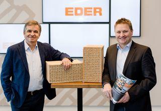Geschäftsführer Johannes Eder (li.) und Verkaufsleiter Alois Traunwieser (re.) sind vom massiven monolithischen Ziegelmauerwerk überzeugt