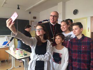 Selfies mit dem Bischof waren in der Neuen Mittelschule St. Michael sehr begehrt.