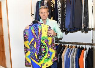 Alfons Haider präsentiert eines seiner ältesten Sakkos aus dem Hause Versace.