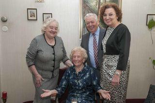 Im Kreise ihrer Familie - v.l: Tochter Heidrun, Theodora Koblinger, Sohn Gerd und Schwiegertochter Ingrid