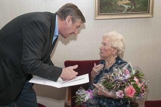 Theodora Koblinger mit Bezirksvorsteher Erich Hohenberger