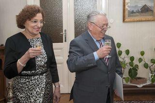 Stoßen auf die Jubilarin an - Sohn und Schwiegertochter Gerd und Ingrid Meinecke