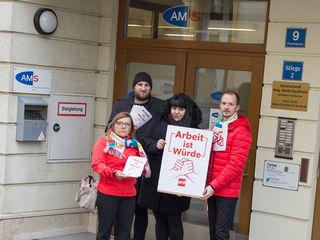 Friedlicher Protest vor dem AMS Melk: (v.l.n.r.): Dagmar Rafetseder-Hammer, Thomas Triebenbacher, Christina Boldizsar und Kommunalmanager Gemeinderat Bernhard Wurm, Vorsitzender der SPÖ Neumarkt-Kemmelbach.