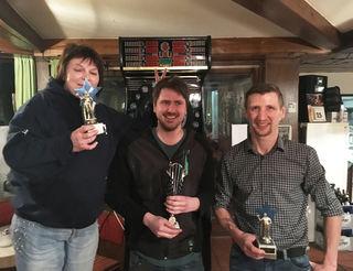 Traudi Aitenbichler und Joser Hörack flankieren den HobbySamstag-Darts-Champion Alex Mayr.