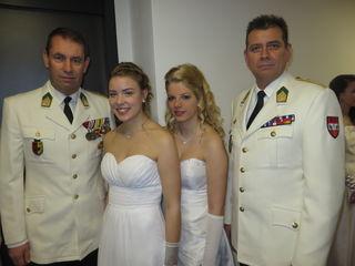 Oberst Thomas Erkinger (l) und Oberstleutnant Dietmar Deutsch mit Damen aus dem Eröffnungskomitee.