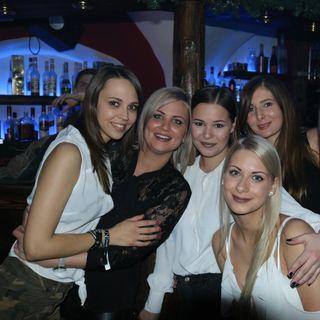 """Auf zum """"Winter Bar Run"""" hieß es auch für Pernilla, Conny, Josefina, Caroline und Jennifer. Wir trafen sie mit sichtlich viel Party-Motiviation in der Country Lounge."""