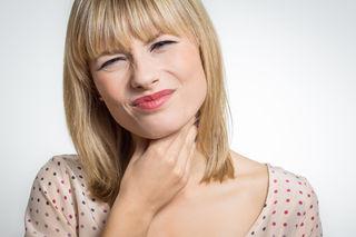 Je nach Krankheitsphase schaffen Hustenstiller oder Schleimlöser Linderung.