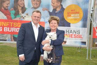 Ein Bild aus glücklicheren Tagen: Hans Niessl mit seiner Ehefrau Christine und Hund Rico bei einer Wahlplakat-Präsentation im Jahr 2015.