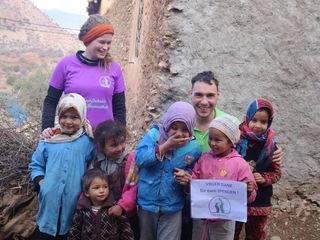 Die marokkanischen Kinder bedankten sich bei Mariella Mayrhofer und Klaus Parzer für die Kleiderspende.