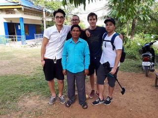 In Kambodscha: Luka Wu, Direktor Long Lypo, Max Essl, Gabriel Sauermann und Sergio Mechelk (v.li.).