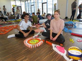 Rund 70 Schüler verbauten nach einer intensiven Vorbereitungsphase 30.000 Dominosteine zu kunstvollen Gebilden.