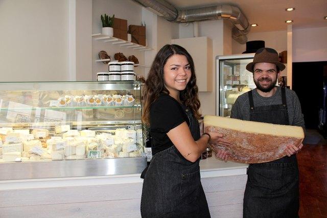 Käse-Sommelière Sarah Vobr und Klaus Gassner mit einem Bergkäse vom Schwarz aus Hittsau - daneben gibt es noch an die 80 weitere Käsesorten