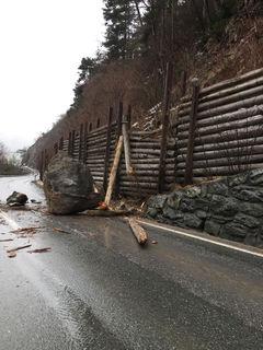 Fließ: Neuerlicher Felssturz sorgt für Sperre der Landesstraße.