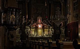 Paulanerkirche Wien, Hochaltar: Beim Tabernakel werden Engel dargestellt, die das Altarsakrament anbetend bewachen.
