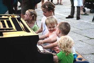 """Das """"Open Piano for Refugees"""" darf jeder bespielen. Im Juni tourt der Verein durch die Stadt."""