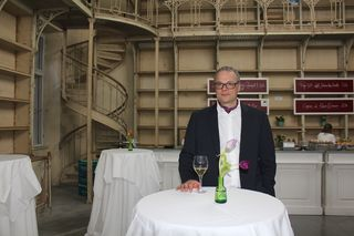 Bernhard Kammel in der eisernen Bibliothek, die auch als Bar fungiert. Ein Geschenk des Vorbesitzers aus dem Fundus des Palais Liechtenstein.