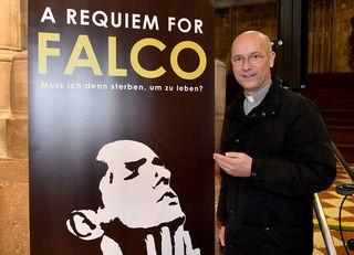 Dompfarrer Toni Faber und seine Gemeinde gedenken Falco mit einem Requiem.