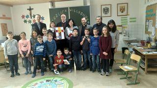 Visitation: Diözesanbischof Ägidius Zsifkovics besuchte Kinder und Lehrkörper der Volksschule Hackerberg.