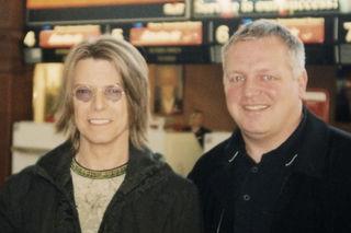 David Bowie und Conny de Beauclair (links) am Flughafen Wien Schwechat im Oktober 1999.
