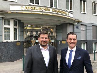 Bilden die neue Geschäftsführung im Evangelischen Krankenhaus: Mark Feder und Michael Entleitner (li.).