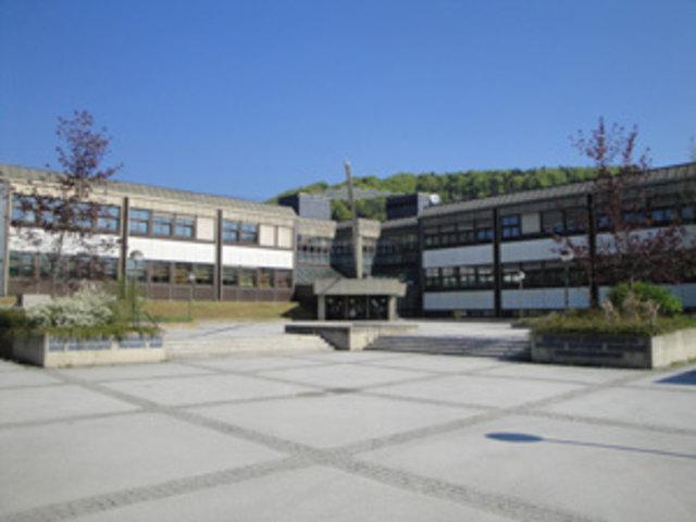 """Per E-Mail wurde angekündigt, die Schule würde am 7. Februar in die Luft fliegen. Laut Angaben der Polizei und der Schule bestehe aber keine Gefahr. Es würde sich um eine """"leere Drohung"""" handeln."""